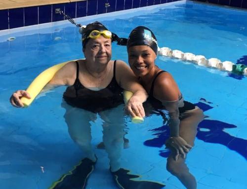 Aos 85, dona Yoná supera medo e começa a nadar