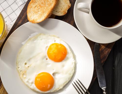 Café preto e ovos: uma boa dupla para começar o dia