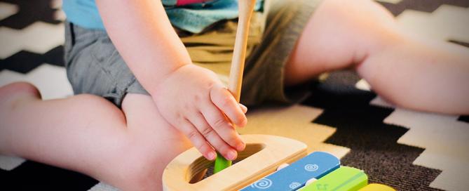 bebê brincando com brinquedo colorido