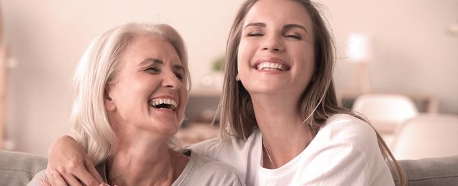 abraço de mulheres felizes de diferentes gerações